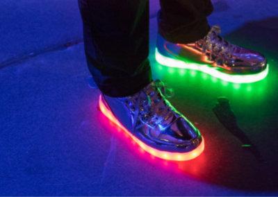 Bedrijfsfeest organiseren, Een fluor party met fluoriserende schoenen is een leuk idee