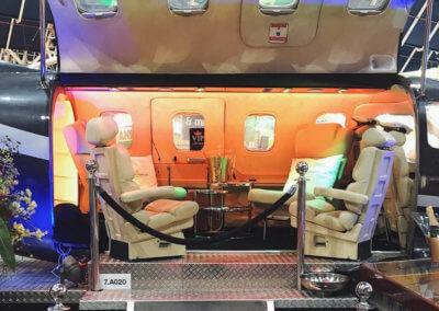 De VIP bar met wit lederen stoelen in de buik van het vliegtuig