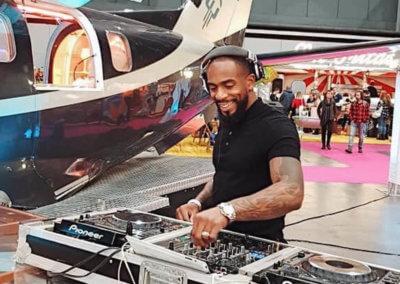 Een DJ draait muziek tijdens een evenement vanaf een vliegtuigvleugel