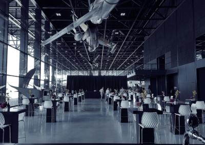 Evenementenlocatie Nationaal Militair Museum - Dogfight met een opstelling van allemaal kleine tafels onder de gevechtsvliegtuigen