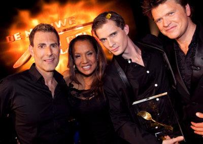 Illusionist Andrew Melia op de foto met Uri Geller, Patty Brard en Beau van Erven Dorens na het winnen van de TV show De Nieuwe Uri Geller