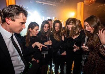 Illusionist Andrew Melia laat de monden van 5 dames open vallen van verbazing tijdens close-up magic